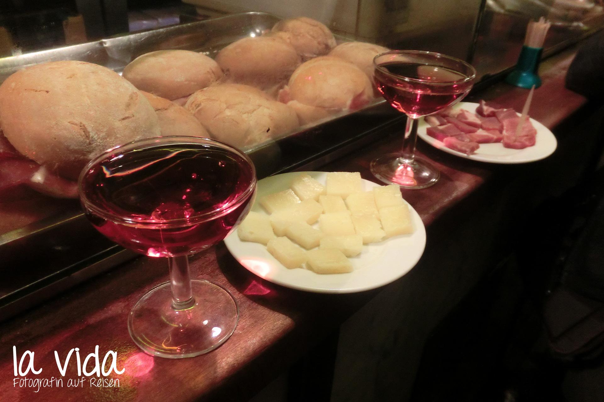 Cava rosat mit Schinken und Käse