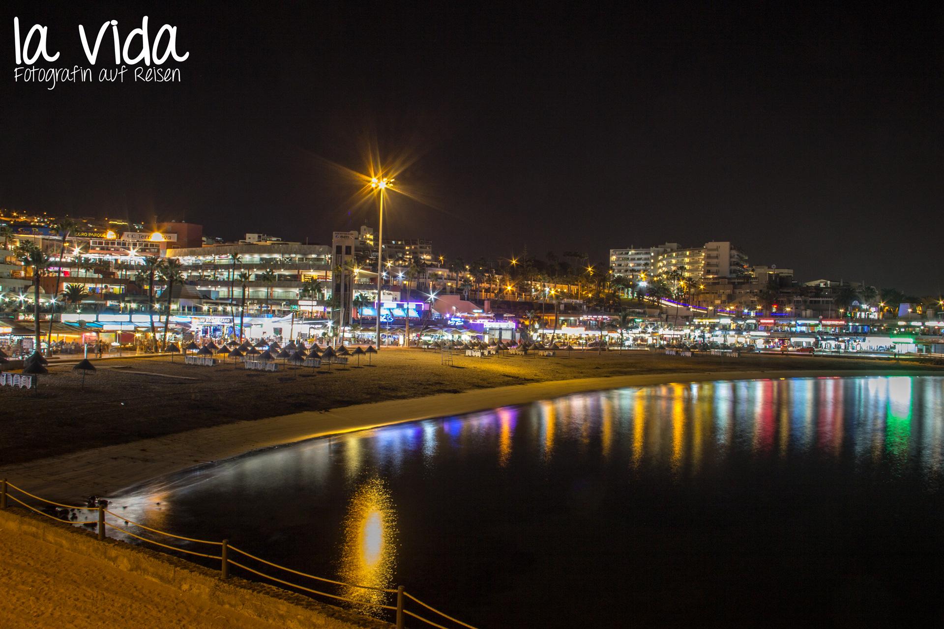 Nachtaufnahme der Strandpromenade von Costa Adeje (Teneriffa)