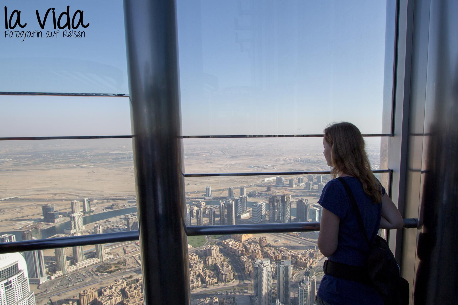 """Die Aussichtsterrasse ist verglast, bietet aber praktische """"Foto-Schlitze"""" in verschiedenen Höhen"""